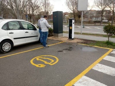Instal·lat un punt doble de càrrega per a vehicles al PI Jordi Camp